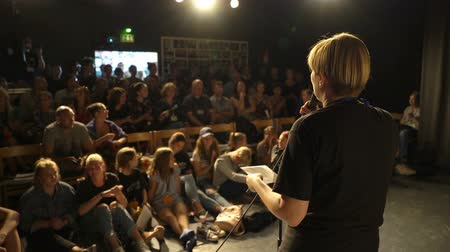 лекция : JYVASKYLA, FINLAND - AUGUST 17, 2018: The speaker speaks to the theater audience during the international theatre festival Art-Workshop