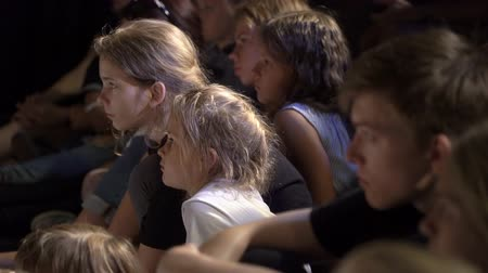 зрителей : JYVASKYLA, FINLAND - AUGUST 17, 2018: The audience adults and children carefully watching the play during the international theatre festival Art-Workshop