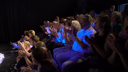 зрителей : JYVASKYLA, FINLAND - AUGUST 17, 2018: The audience applaud the artists during the international theatre festival Art-Workshop
