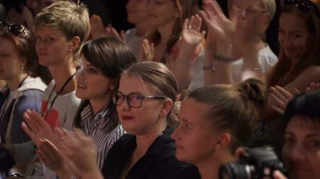 зрителей : JYVASKYLA, FINLAND - AUGUST 19, 2018: The audience applaud the artists during the international theatre festival Art-Workshop