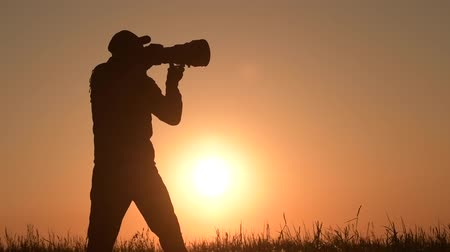 образность : Men Taking Outdoor Pictures During Scenic Sunset. Photographer Silhouette. Telephoto Lens and the Modern Camera