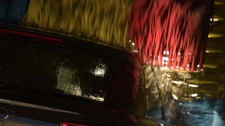 lavagem : Spinning Cleaning Brushes in the Car Wash. Slow Motion Footage Vídeos