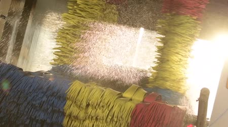 lavagem : Sun Light and the Spinning Car Wash Brushes. Vehicle Cleaning Slow Motion Footage Vídeos