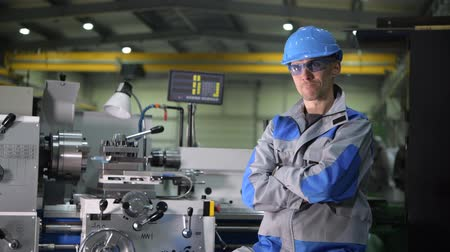 fixní : Satisfied Caucasian Metal Processing Engineer in Front of Metal Lathe Machine on the Production Line Dostupné videozáznamy