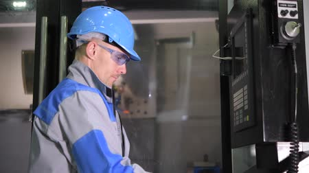 fixní : CNC Operator Scheduling Metal Processing on the Machine Monitoring System