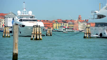 venedik : Venice Canal Tour Boats and Yachts. Venice, Italy, Europe. Stok Video