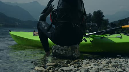 kano : Kayaker Resting on the Shoreline Rock. Kayaking Sport. Stok Video