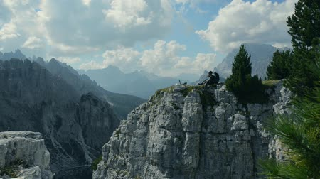 自転車に乗る人 : Resting Biker on the Mountain Cliff. Scenic Resting Point. Mountain Biker