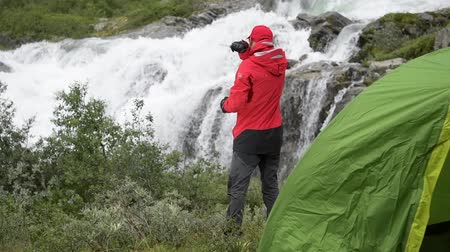přežití : Survival Expedition into the Wilderness. Scenic Camping Spot with Waterfall. Slow Motion Footage