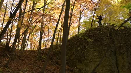 silvicultura : Slow Motion Footage of Young Hiker Hiking Scenic Rock Formation in the Fall.