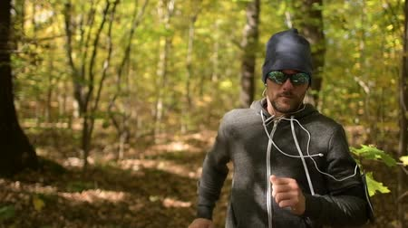 silvicultura : Men in His 30s Jogging in a Forest During Fall Season. Vídeos