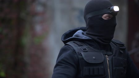operaciones : Counter Terrorist in Black Mask y Head Flashlight. Operación de alto secreto policial.