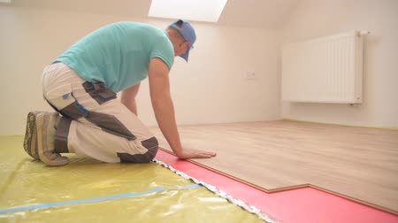 área de trabalho : New Hardwood Floor Panels Installing by Professional Installer. Home Interior Remodeling. Construction Industry. Stock Footage