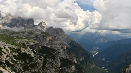 lapso de tempo : Italian Dolomites and Auronzo Di Cadore in the Valley. Time-lapse Summer Scenery.