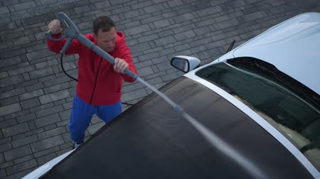 příjezdová cesta : Caucasian Men in His 30 Cleaning Car Fabric Roof in His Convertible Vehicle.