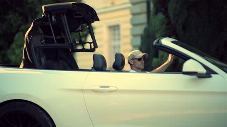kabriolet : Driver In Sunglasses Closing Convertible Car Roof. Cabriolet Vehicle Drive. Wideo