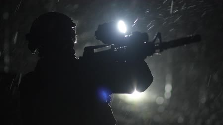 охранять : Slow Motion Footage of Special Forces Soldier on Duty in Dense Forest at Night During Having Rainfall. Military Theme. Стоковые видеозаписи