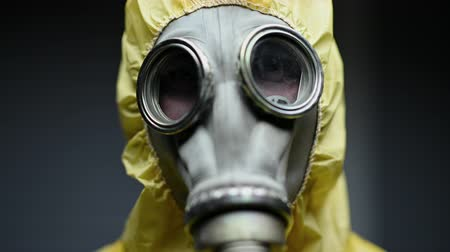 fenyegetés : Researcher In Full Protective Gear  Breaths Heavily As He Gets Ready To Perform Experiment.
