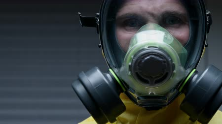 ajustando : Male Hazmat Worker Readjusts His Gear To Assure Proper Operation Of Equipment. Vídeos