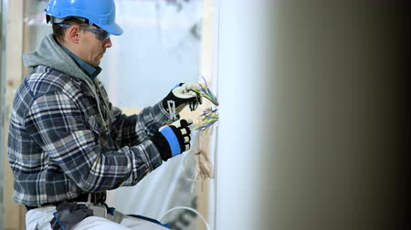 arame : Man Separates Electric Wires In Outlet Being Newly Installed. Stock Footage