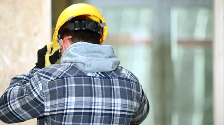 жесткий : Male Construction Worker Puts Hard Hat On And Gets Ready For Work.