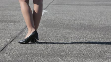 trabalhar fora : legs of a businesswoman walking on the street and trying to figure out where to go
