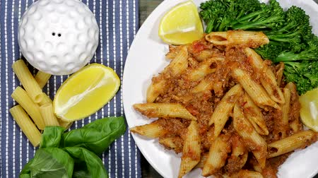 limones : Salchicha Penne Pasta Archivo de Video