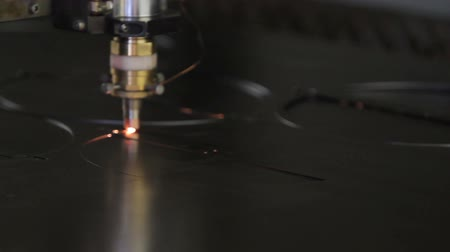 гравюра : Laser cutting of metal sheet with sparks