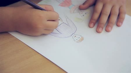 vonalvezetés : The girl draws in the classroom