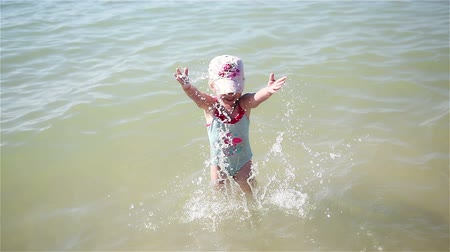Little girl squirted with water in the sea Vídeos