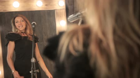 Girl singer singing in a studio Vídeos
