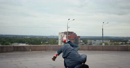 гимнастика : Breakdancer in the streets