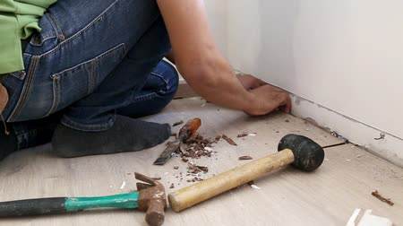 устанавливать : Man Installing Laminate Flooring