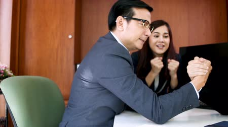 рука : business ideas competition with businessman challenge hand on table