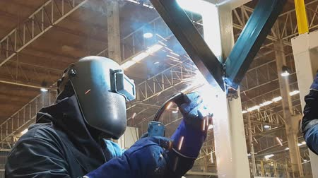 blikat : A Worker welding steel Structural In the factory Dostupné videozáznamy