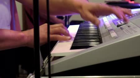 piyano : Musician playing the keyboard at the party Stok Video