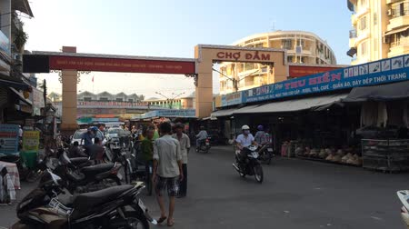 délkelet Ázsia : NHA TRANG, VIETNAM - OCTOBER 7, 2015: Unidentified vehicles and motorcyclists drive in the downtown. The city is a popular sea resort in the central Vietnam. Stock mozgókép