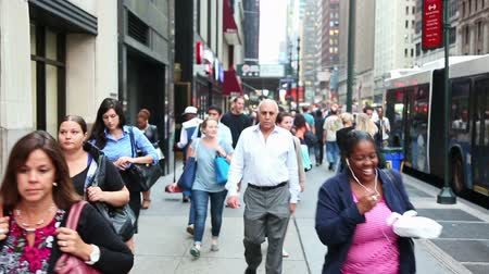 zsúfolt : People Walking on Sidewalk during Rush Hour in New York