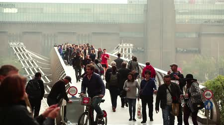 yaya köprüsü : Crowd walking on the Millennium Bridge in London