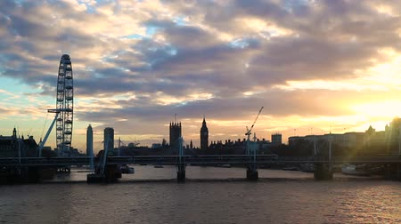 wielka brytania : Panoramic view of London landmarks from Waterloo bridge at sunset with a cloudy sky