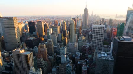 império : NEW YORK, USA - AUGUST 26, 2014: Panoramic view of Manhattan and the Empire State building at sunset. Pan right camera movement
