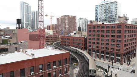 Chicago city view with subway train between buildings. Elevated railway tracks in the city, urban scene in Chicago. Travel and transportation concept in the USA Wideo