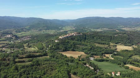 toszkána : Aerial view of green hills and countryside in Italy - Bird eye view of beautiful landscapes on a sunny summer day - Travel and nature concepts