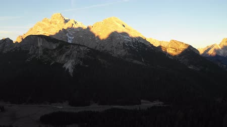 dolomitos : Dolomites mountains and alpine lake at sunrise - Beautiful aerial view of mountain peaks with sun light - Travel and beautiful scenery