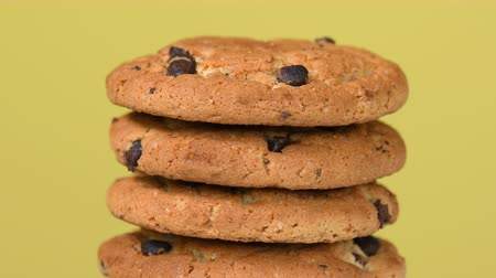 owies : Pile of oat cookies with chocolate pieces rotating close-up