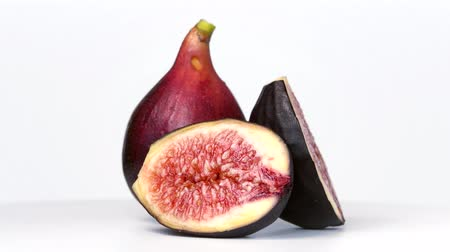 běžný : Figs rotating on white background