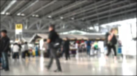 inchecken : blur background Time lapse of tourist walking in airport terminal building