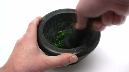 folha : Crushing Herbs - Time Lapse