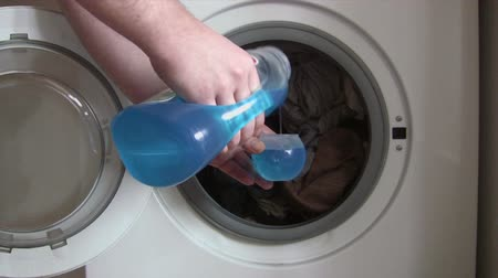 çamaşırhane : Putting Detergent into the Washing Machine