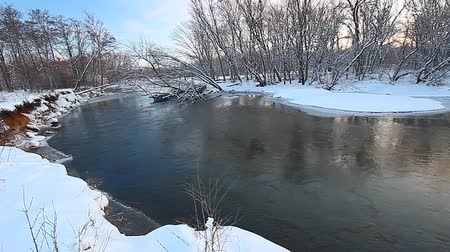 neve : Kishwaukee River flows through northern Illinois on a snowy winter day Vídeos